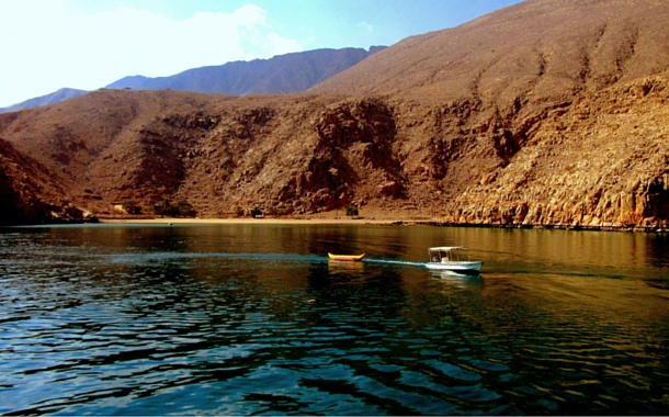 Zoom in to the beautiful Musandam Fjords over a speed boat